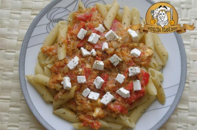 Makaron z sosem pomidorowo-paprykowim i fetą