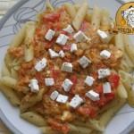 Makaron z sosem pomidorowo-paprykowym i serem feta