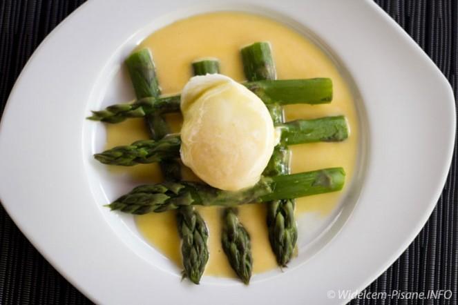 Jajko na szparagach w sosie holenderskim