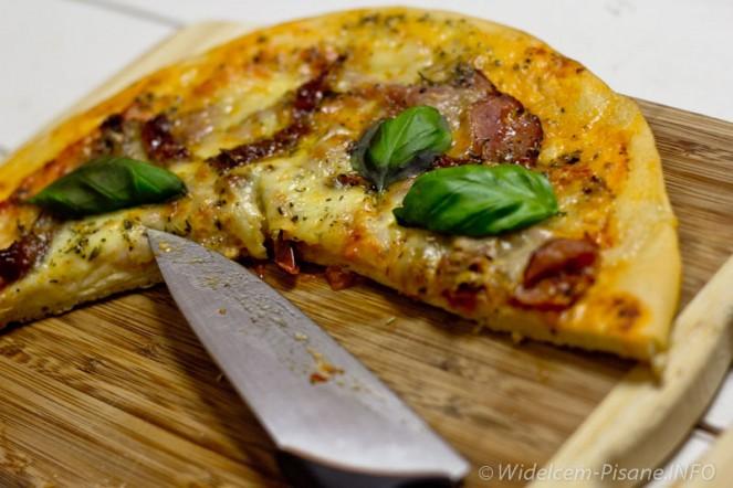 Pizza z suszonymi pomidorami, szynką parmeńską i mozarellą