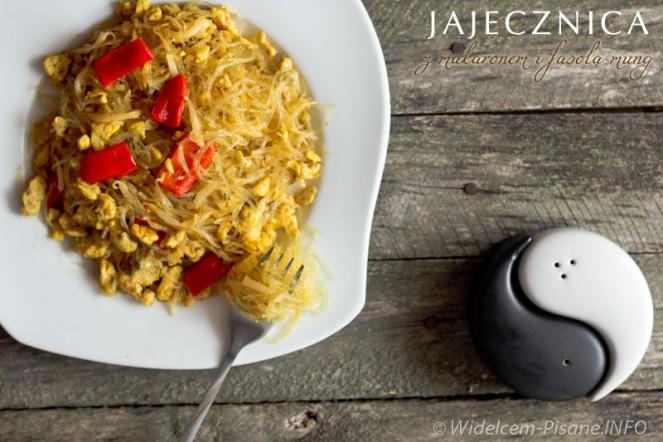 Jajecznica z makaronem i fasolą mung